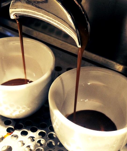 Espresso zubereitet an unseren Mobilen Espresso- und Kaffeebars mit einer Reneka Siebträgermaschine